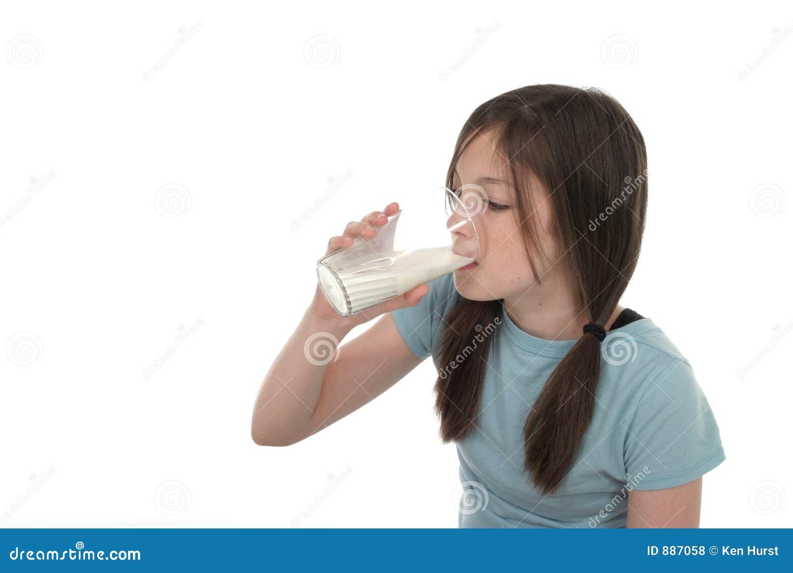 Dziewczyny 2 pije mleko trochę