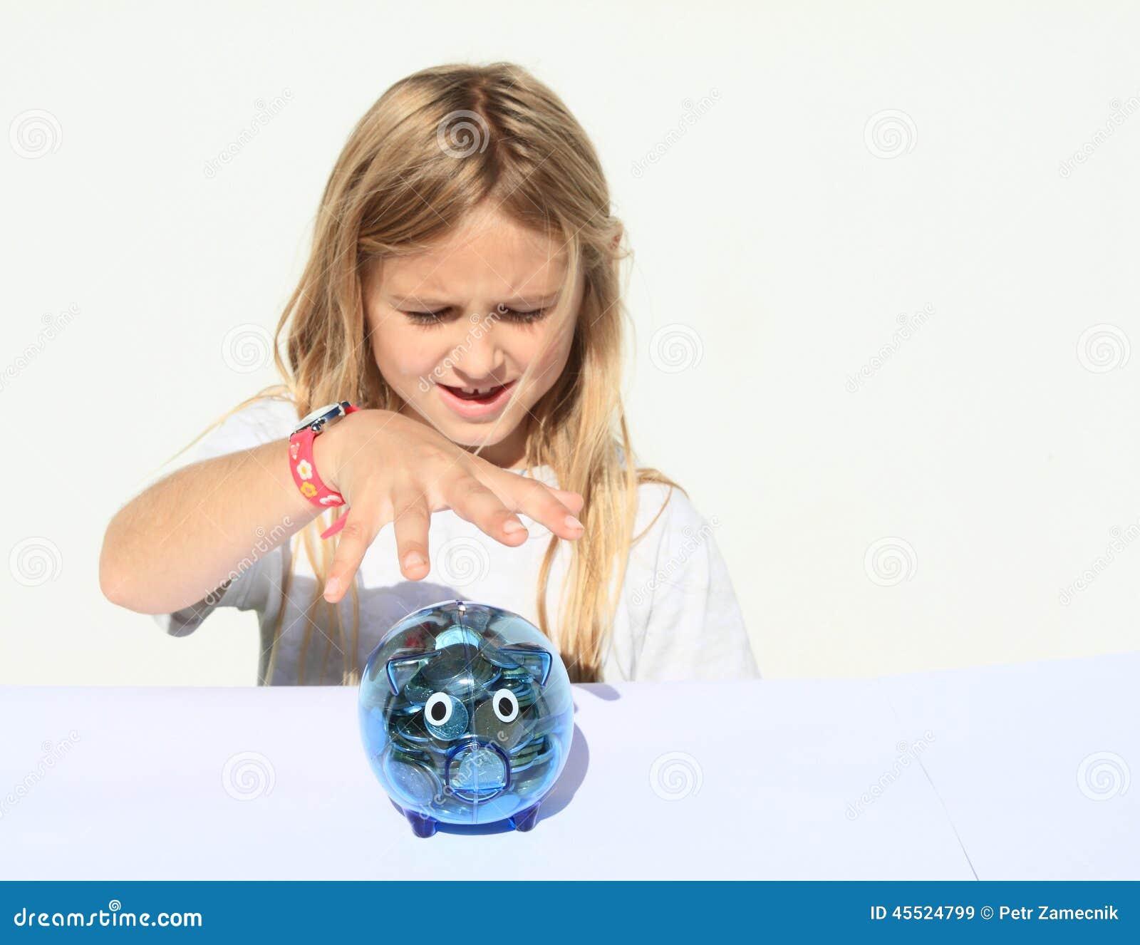 Dziewczyny chwytającego oszczędzania świniowaty pełny pieniądze