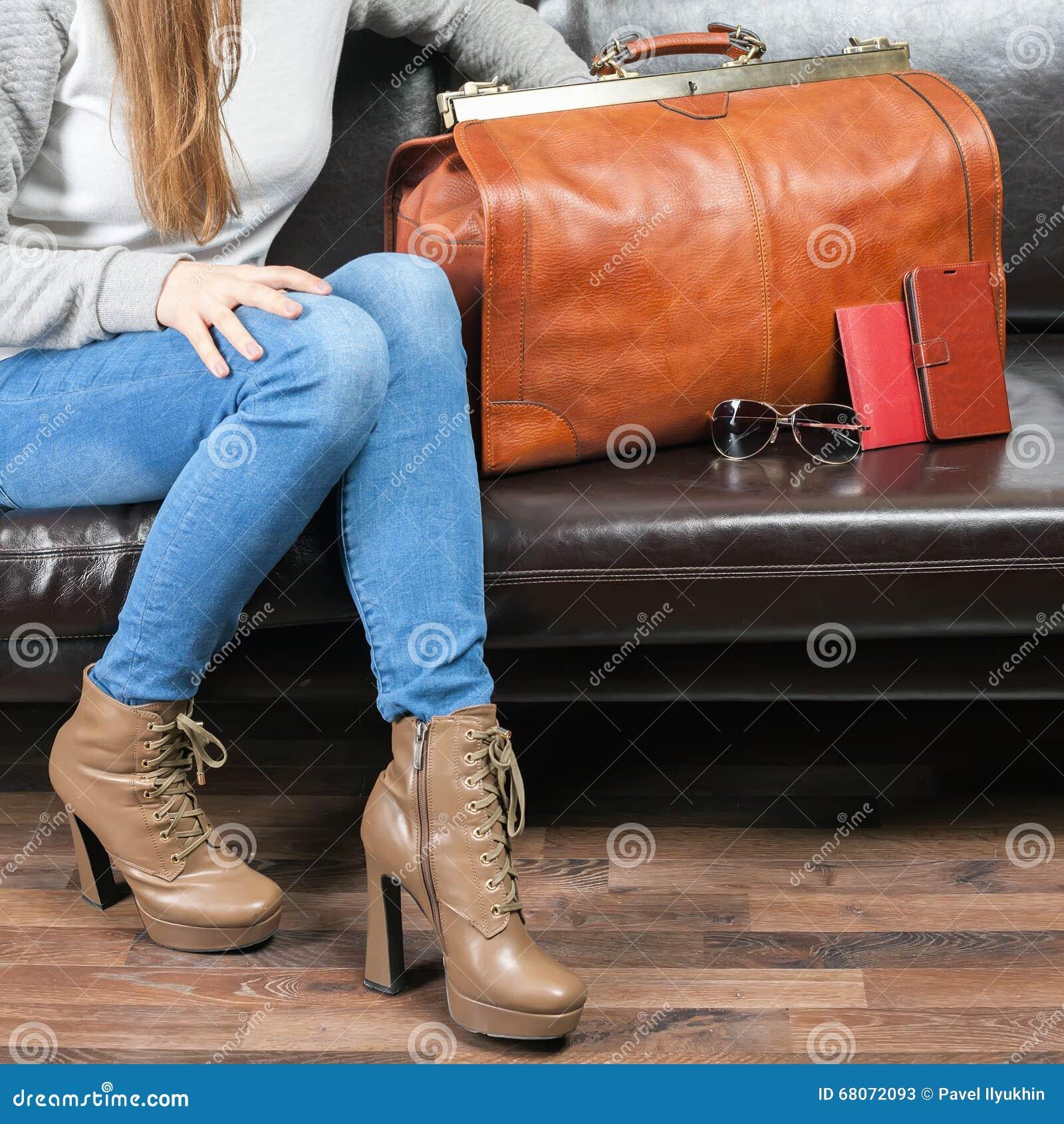 Dziewczyny czekania samolot w VIP holu rom, lotnisko
