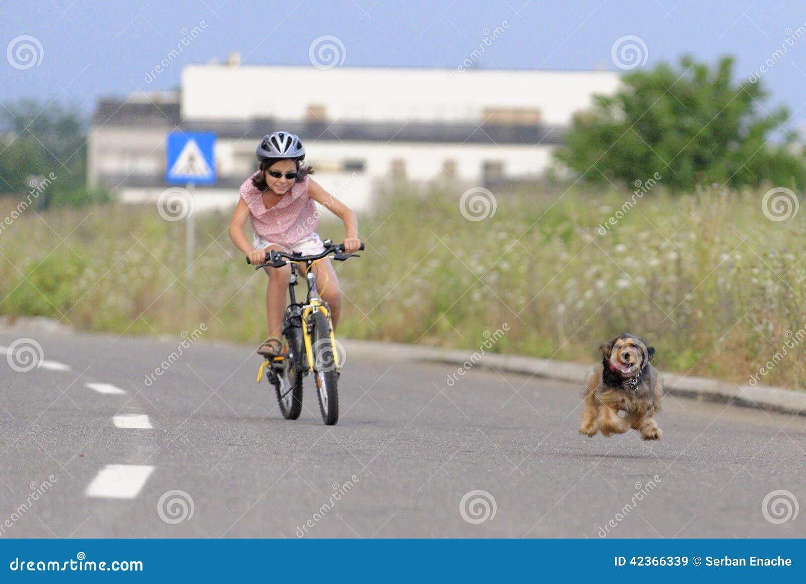 Dziewczyny kolarstwo i psa bieg