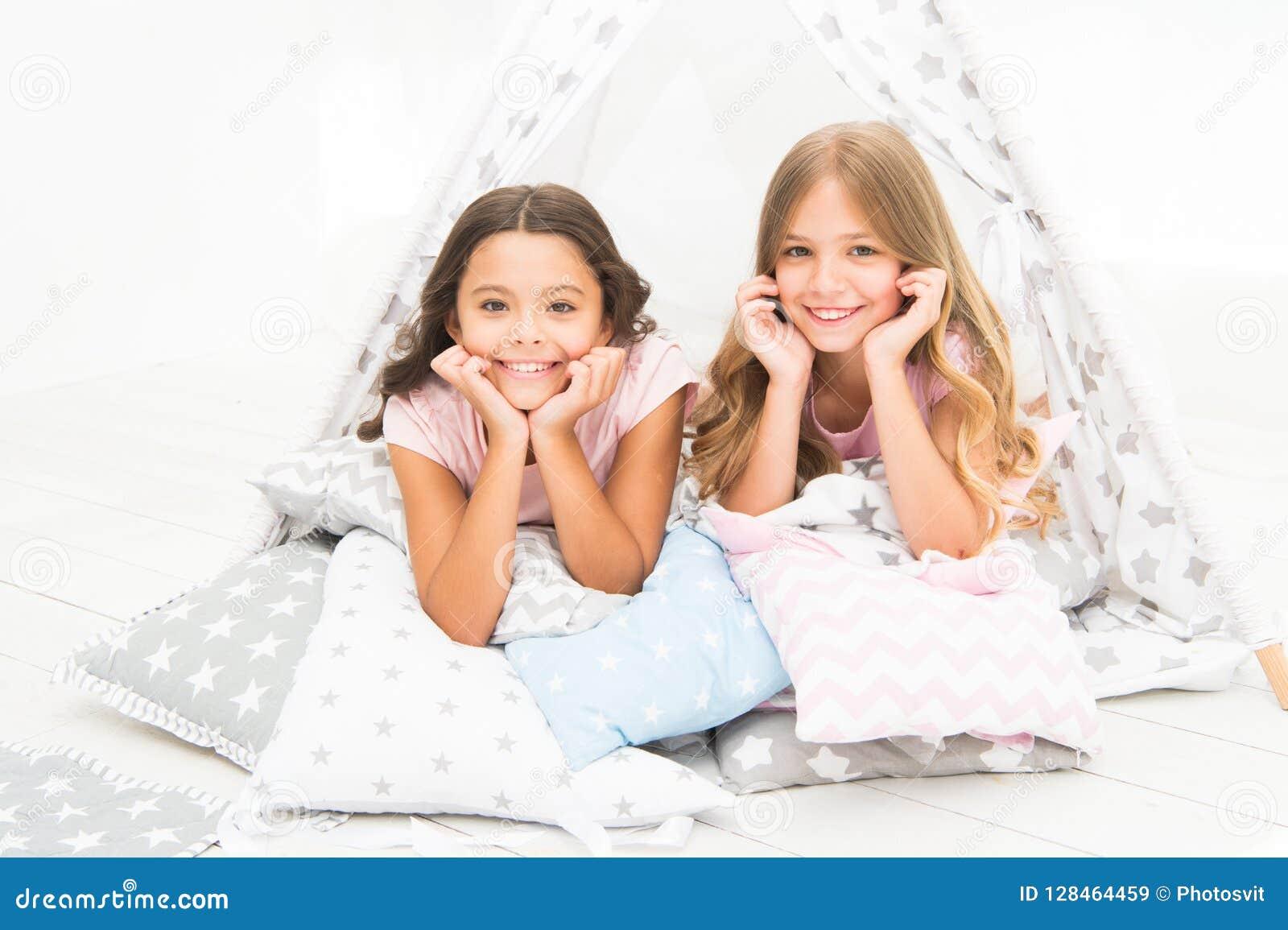 Dziewczyny ma zabawy tipi dom Dziewczęcy czas wolny Siostry dzielą plotkują w domu mieć zabawę Piżamy przyjęcie dla dzieciaków wy