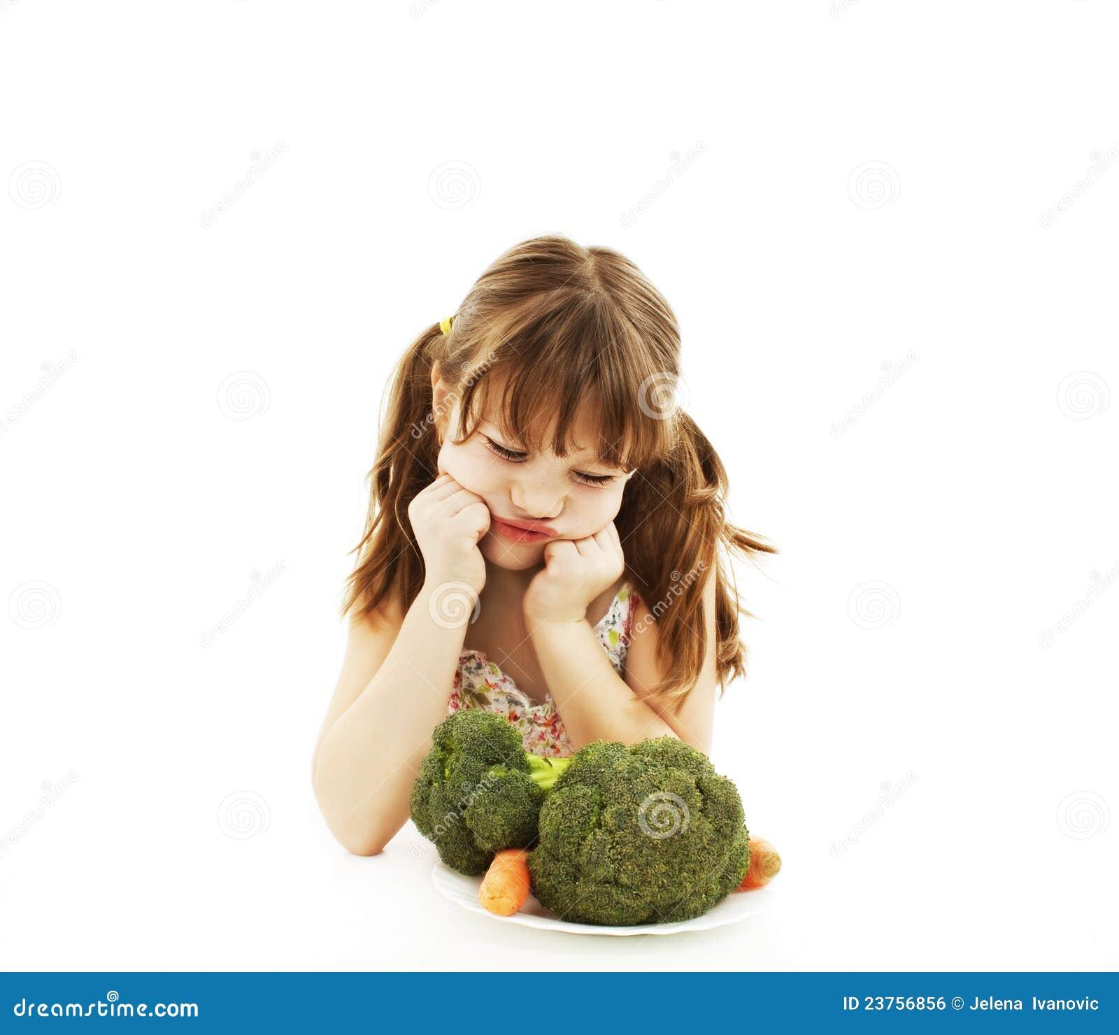 Dziewczyny mali odmawiania warzywa