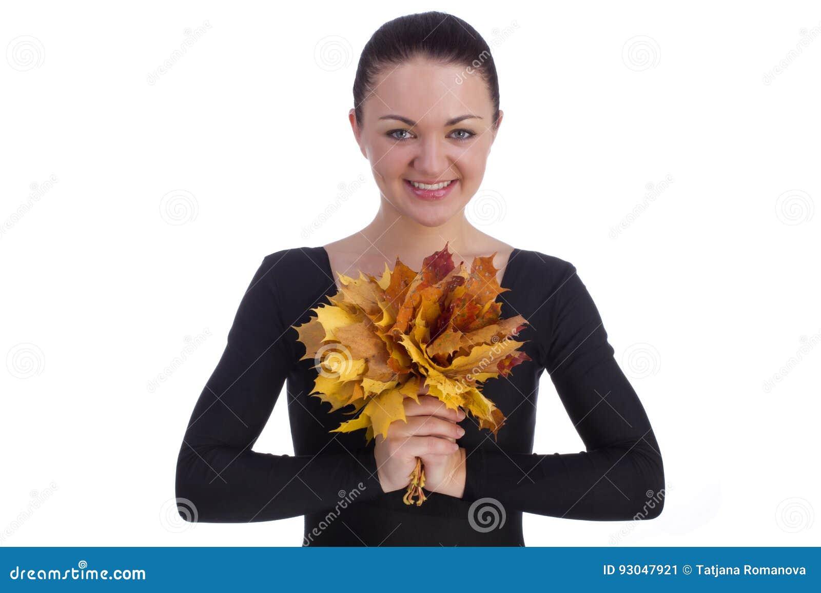 Dziewczyny mienia jesieni pomarańczowi liście klonowi na bielu
