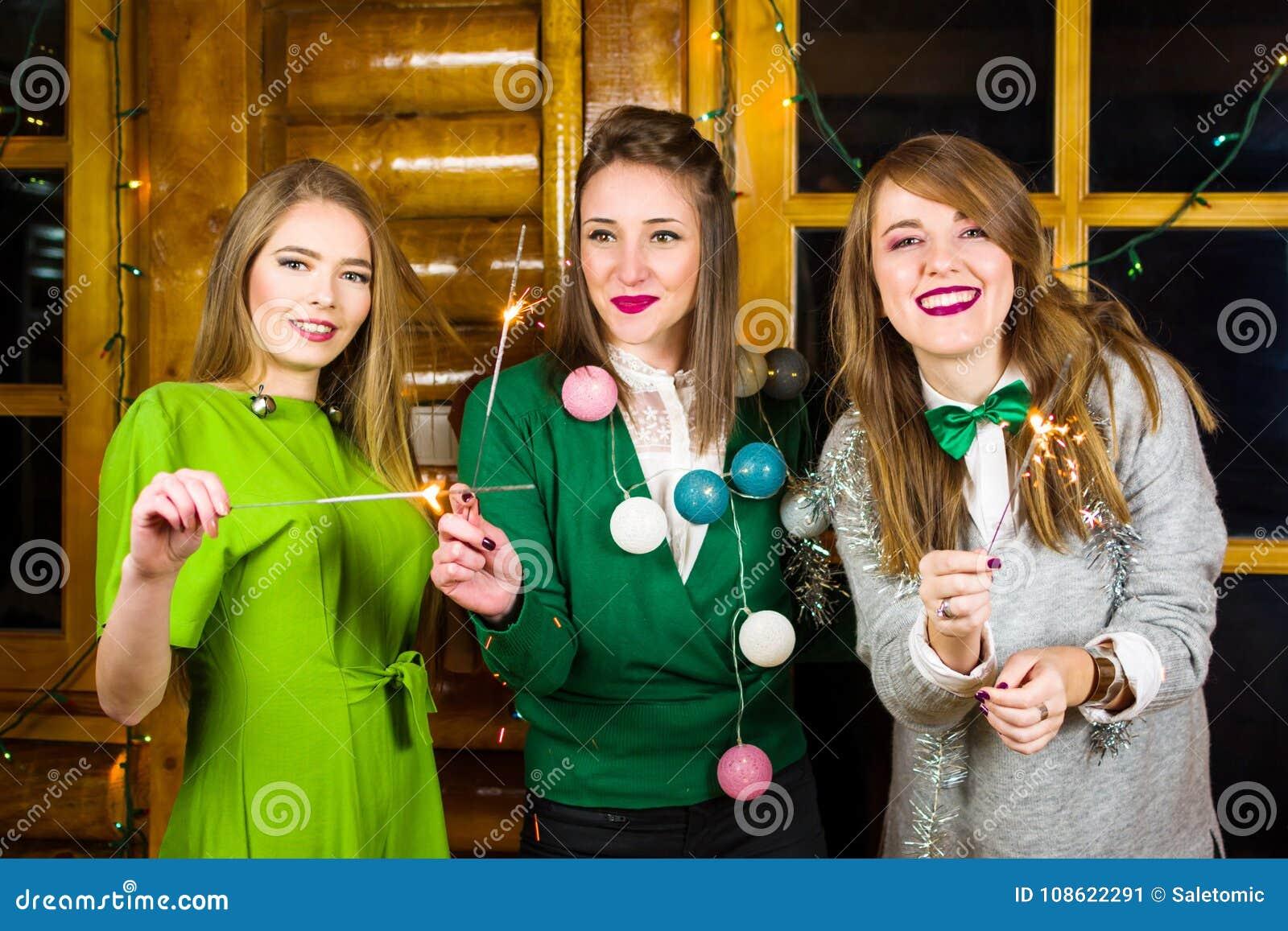 Dziewczyny na domu partyjnych jest ubranym zielonych strojach