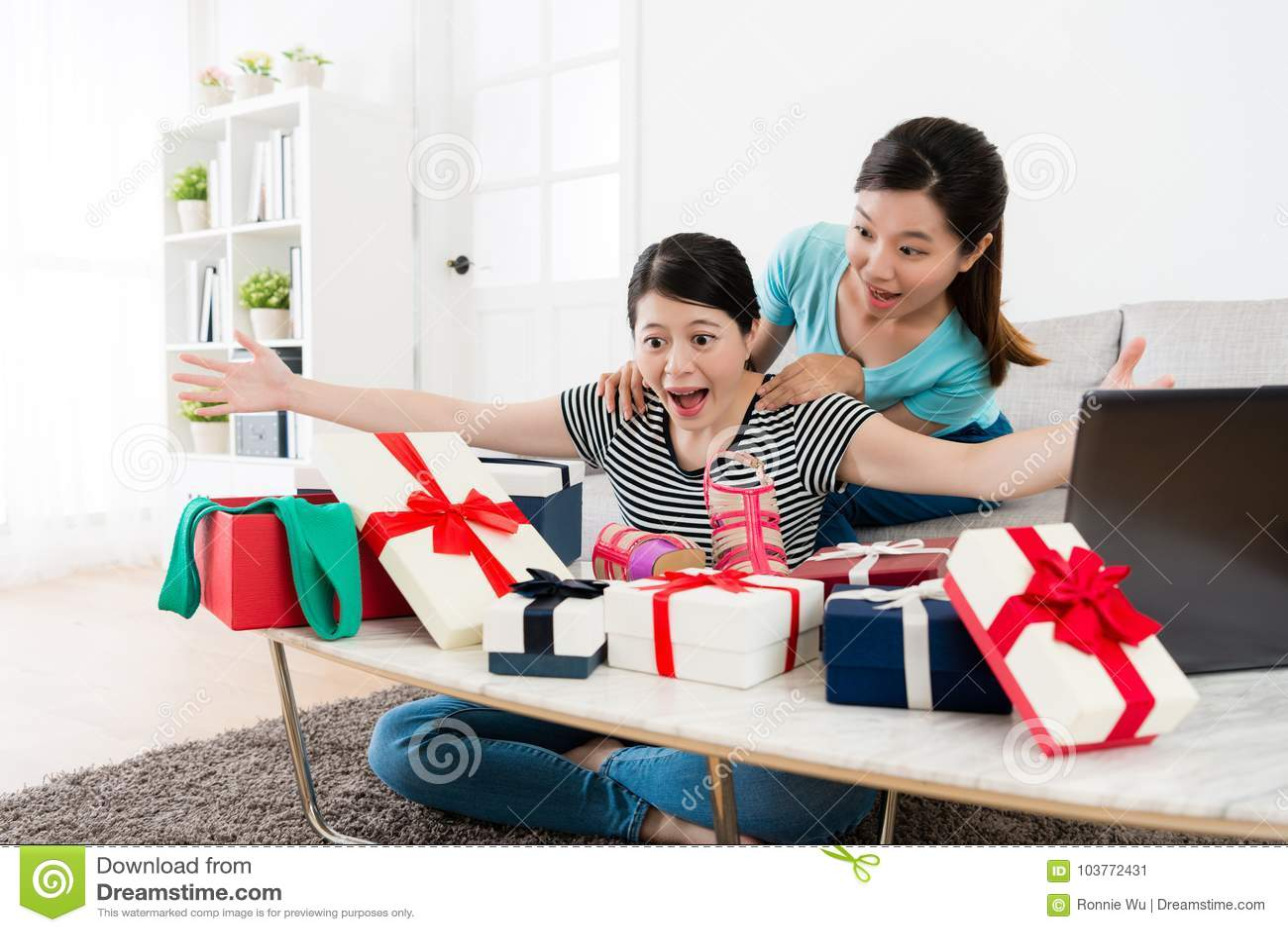 Dziewczyny otrzymywali lato sprzedaży prezenta pudełko wiele
