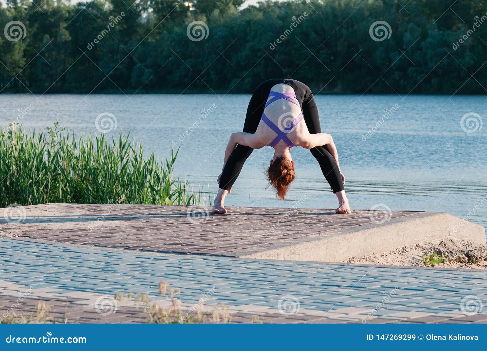 Dziewczyny piękna joga wschód słońca jezioro outdoors