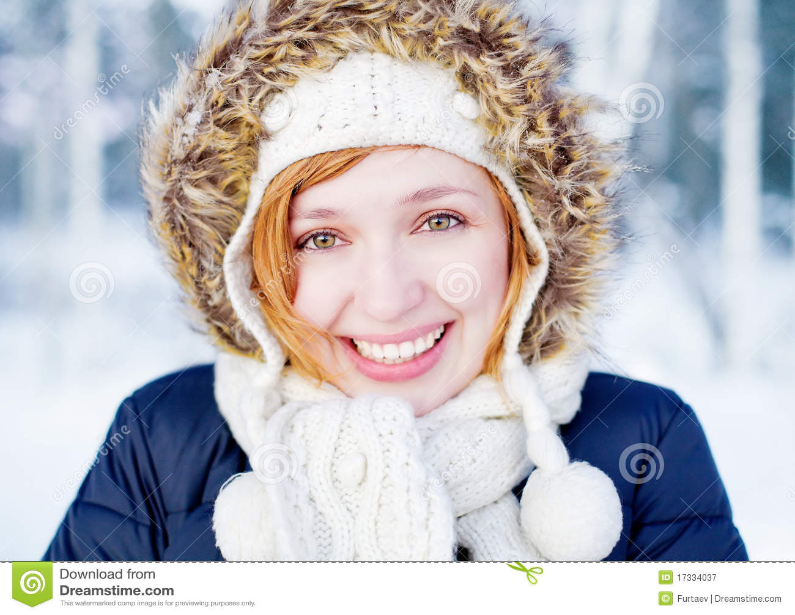 Dziewczyny piękna lasowa zima