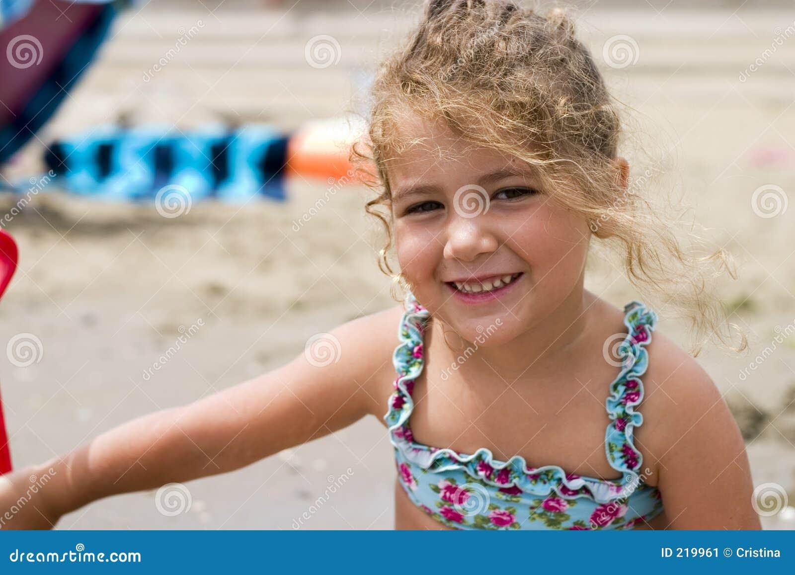 Dziewczyny plażowej szczęśliwy mały