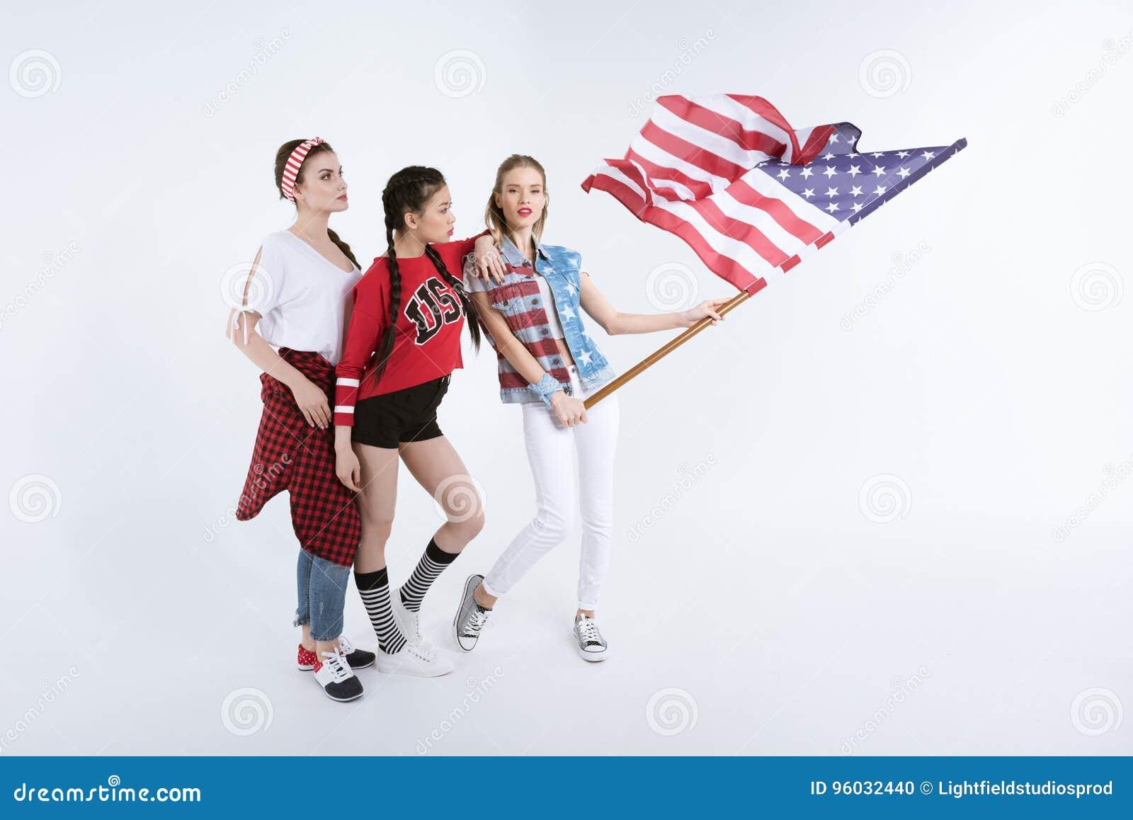 Dziewczyny pozuje z flaga amerykańską odizolowywającą na bielu