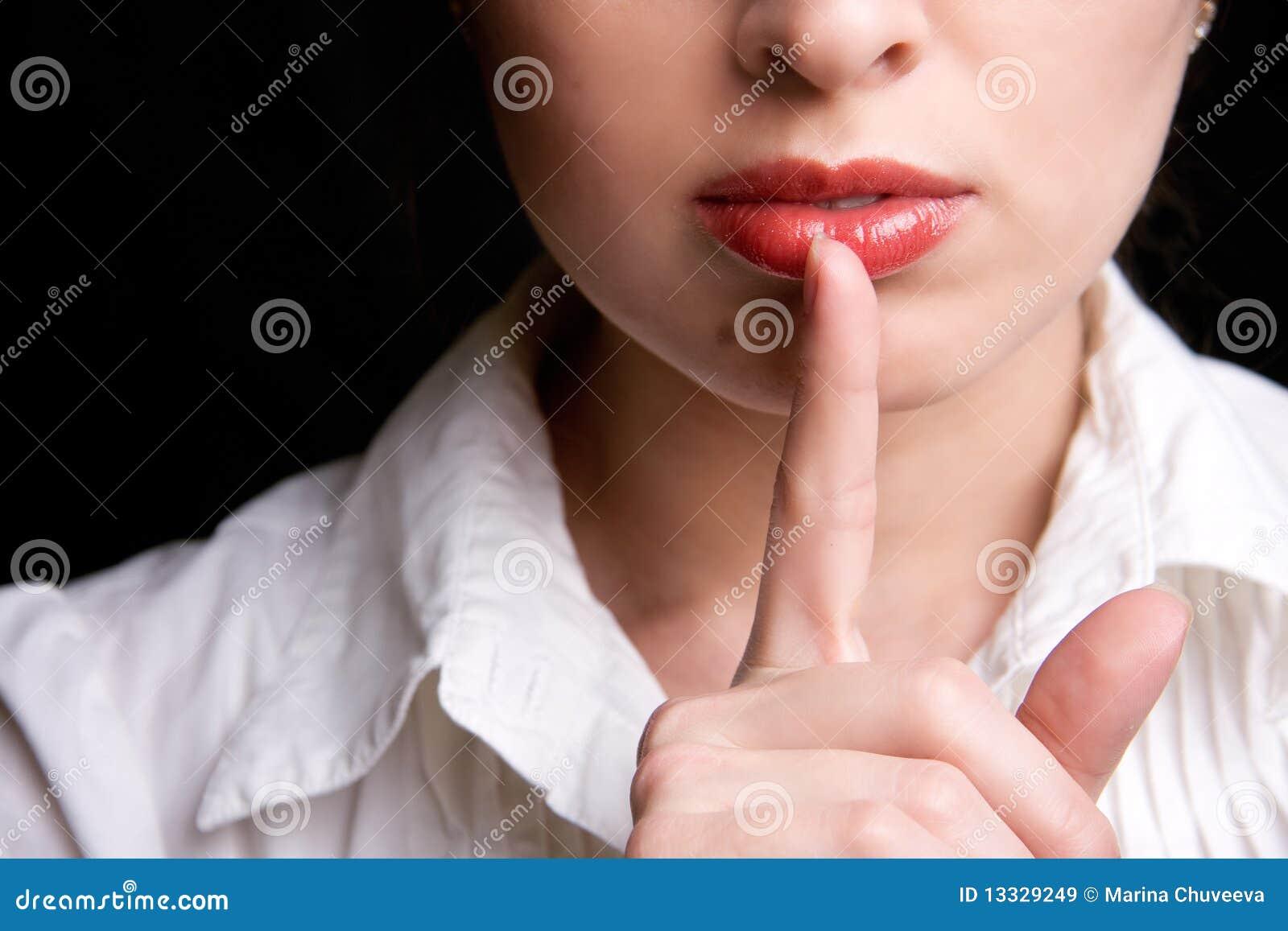Dziewczyny przedstawienie znaka cisza