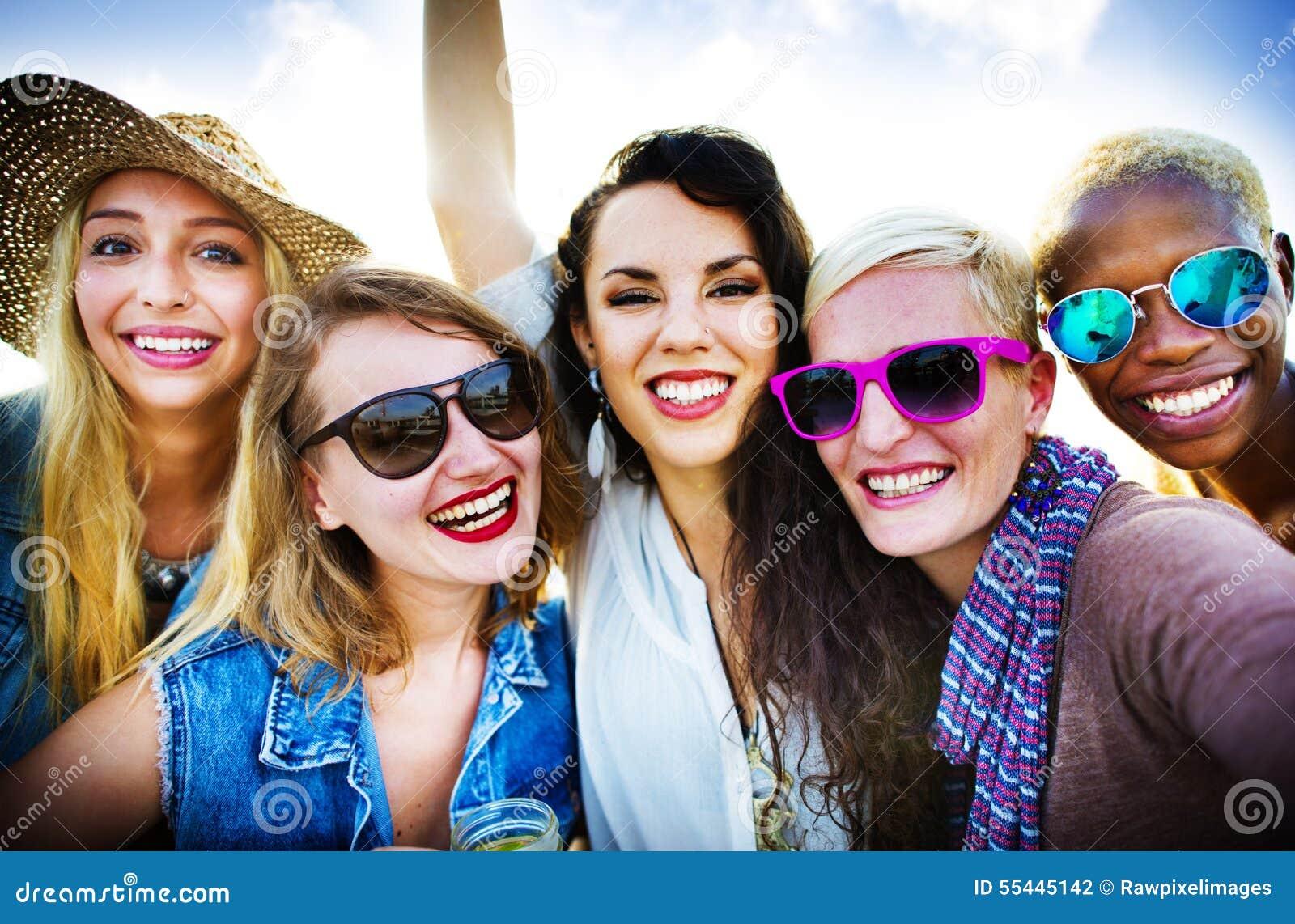 Dziewczyny przyjaźni wakacji Uśmiechnięty pojęcie Wpólnie