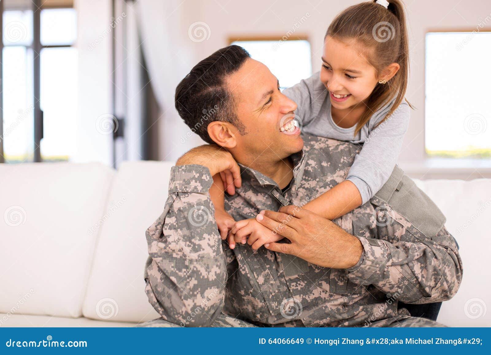 Dziewczyny przytulenia militarny ojciec