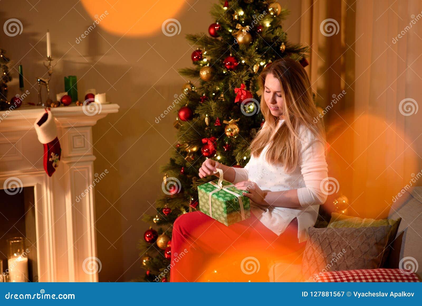 Dziewczyny rozpakowywania bożych narodzeń teraźniejszości wakacje drzewo