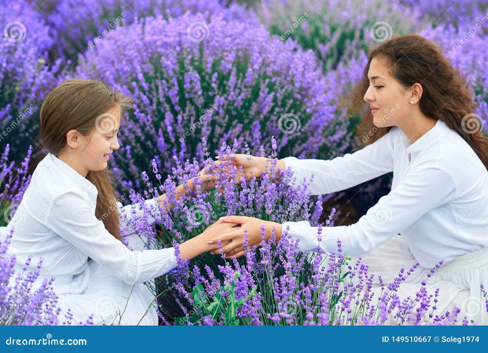 Dziewczyny s? w lawendowym kwiatu polu, pi?kny lato krajobraz