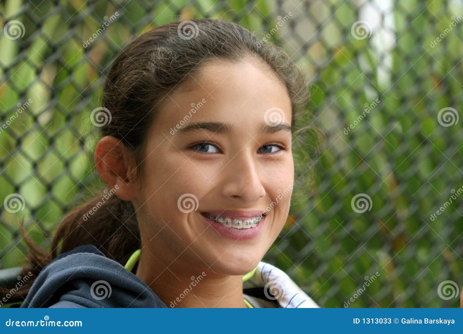 Dziewczyny się uśmiechać nastolatków.