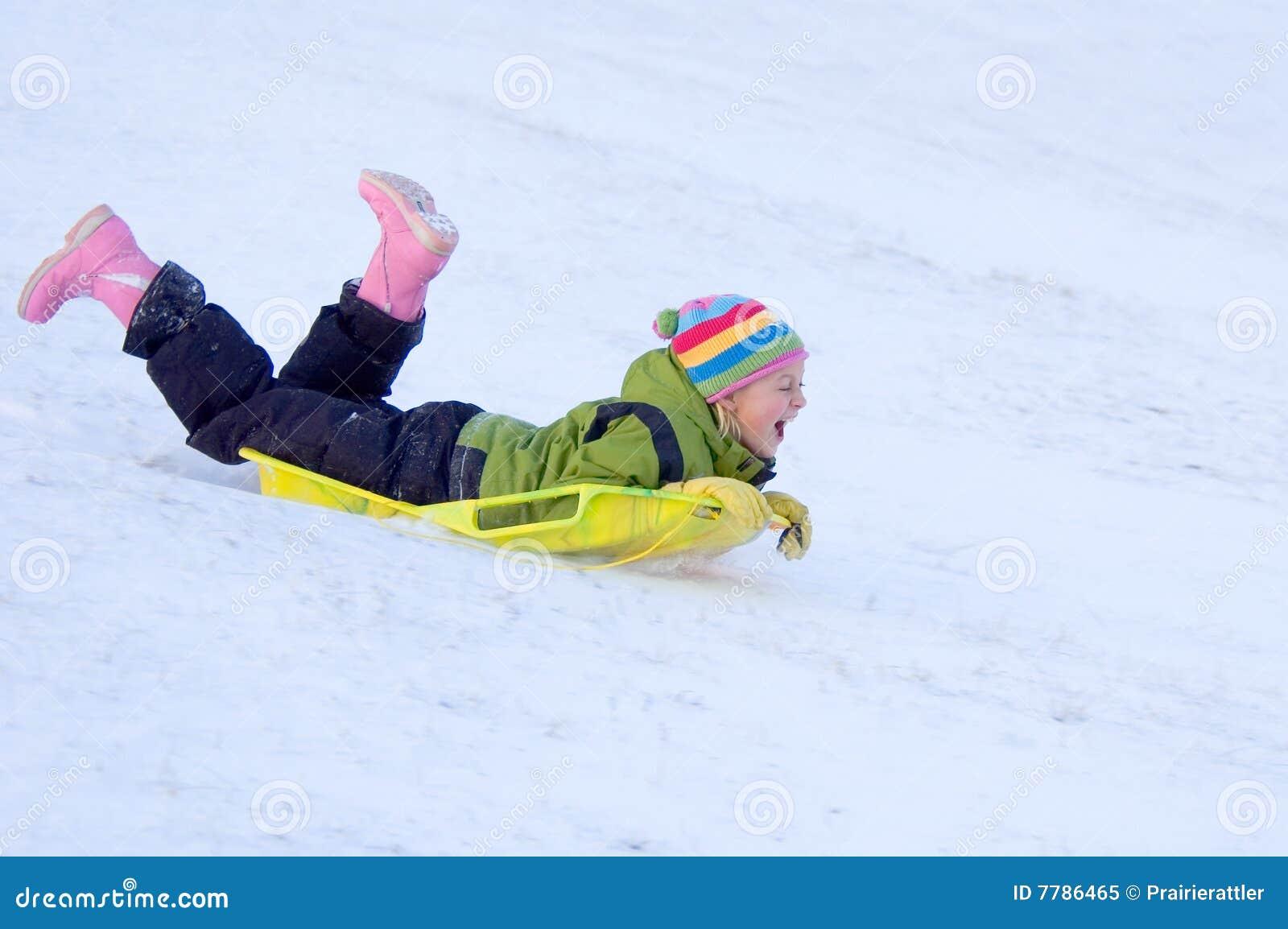 Dziewczyny sledding szczęśliwy