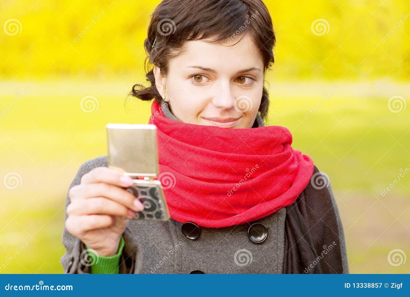Dziewczyny spojrzeń lustrzany czerwony szalik