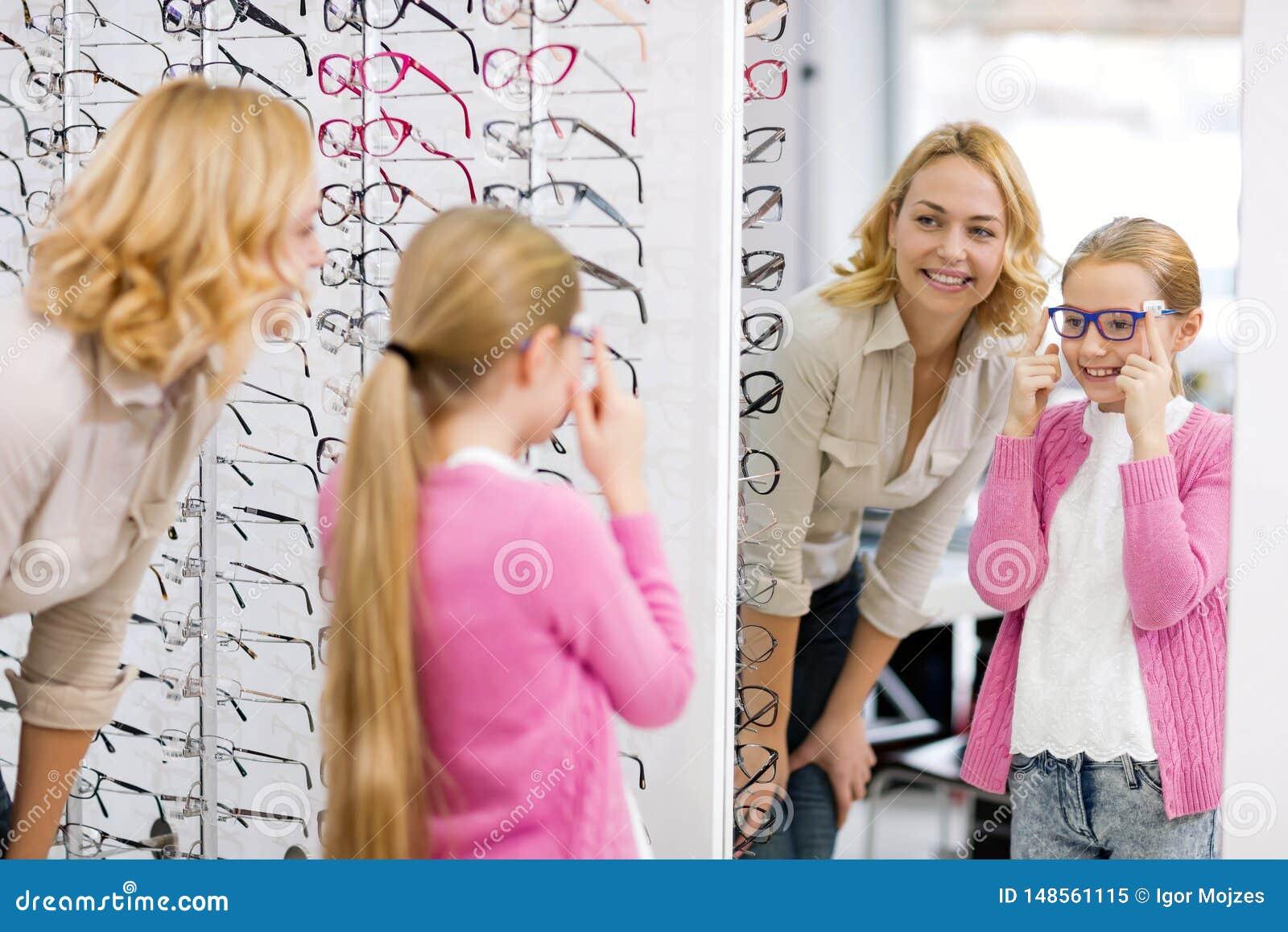 Dziewczyny spojrzenie w lustrze z nowym eyewear