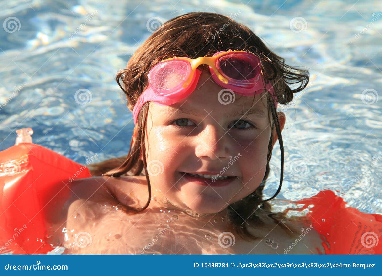 Dziewczyny szczęśliwy basenu dopłynięcie