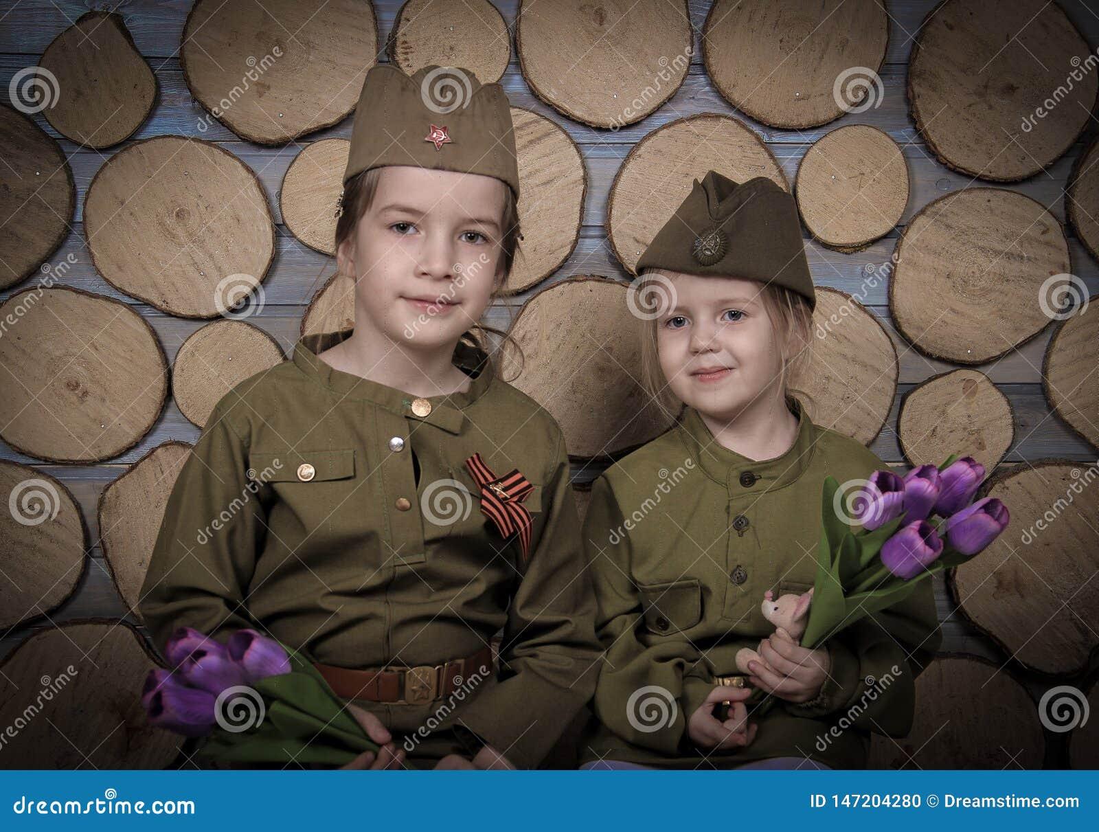 Dziewczyny w mundurze świętować zwycięstwo dzień mogą 9