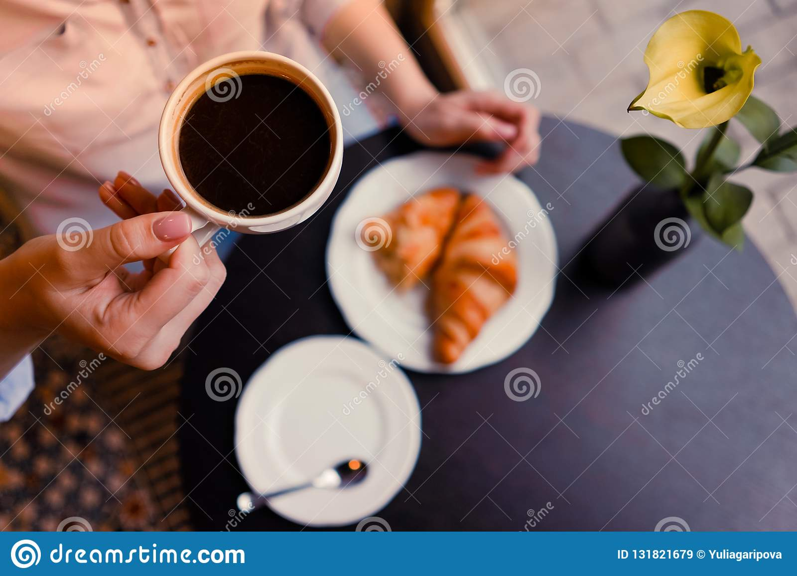 Dziewczyny whith coffe i croissants
