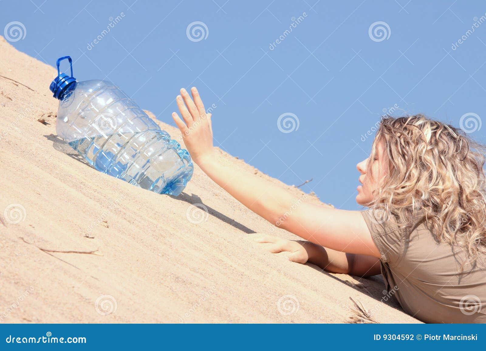 Dziewczyny woda przyglądająca spragniona