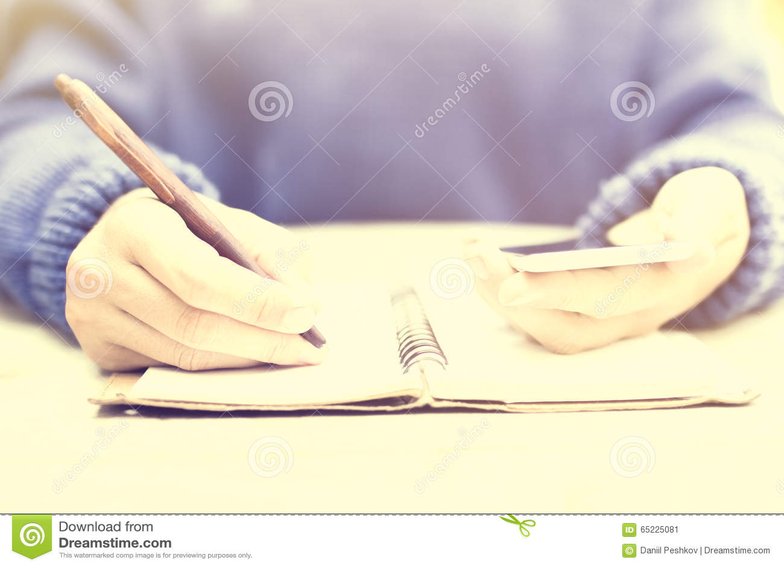 Dziewczyny writing w dzienniczku z telefonem komórkowym