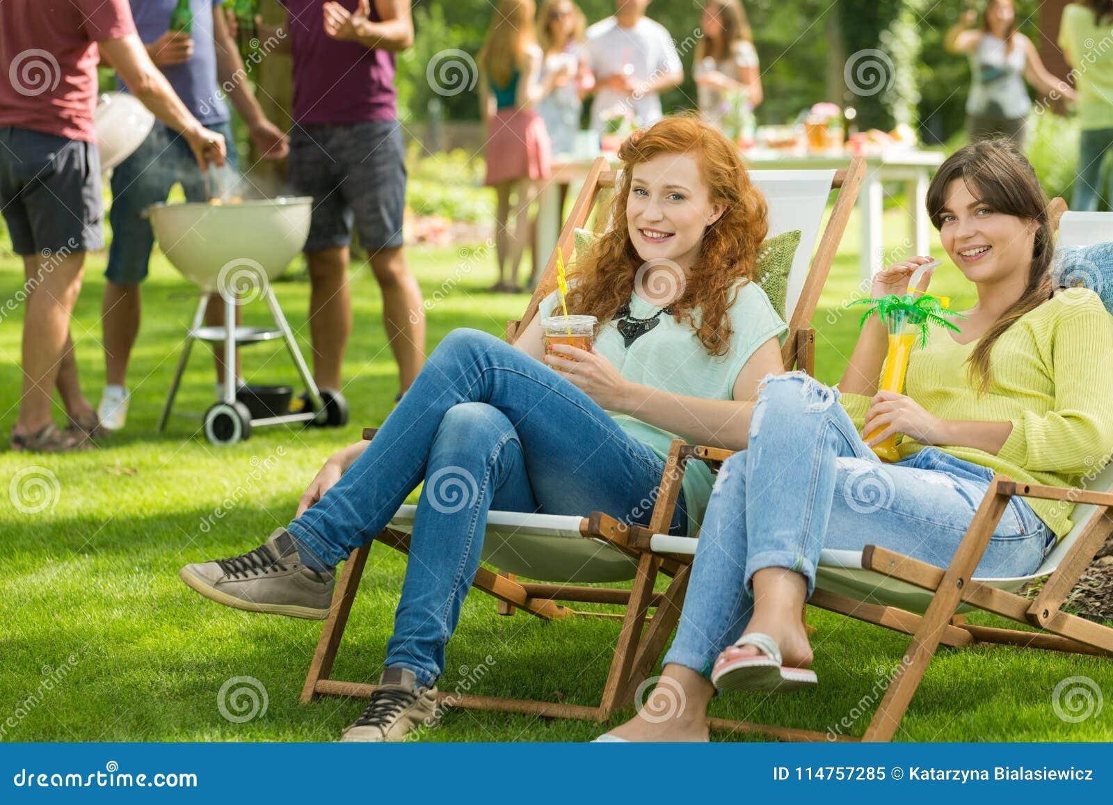Dziewczyny z napojami cieszy się lato