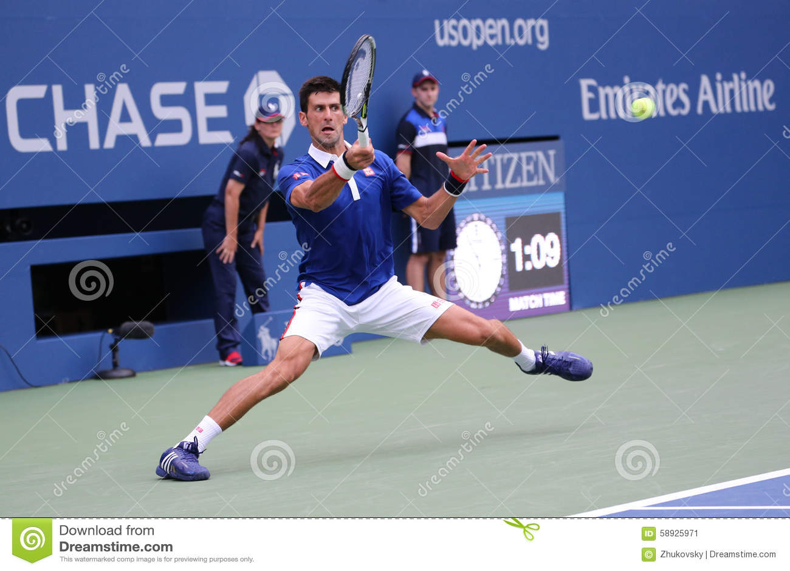 Dziewięć czasów wielkiego szlema mistrz Novak Djokovic w akci podczas pierwszy round dopasowania przy us open 2015