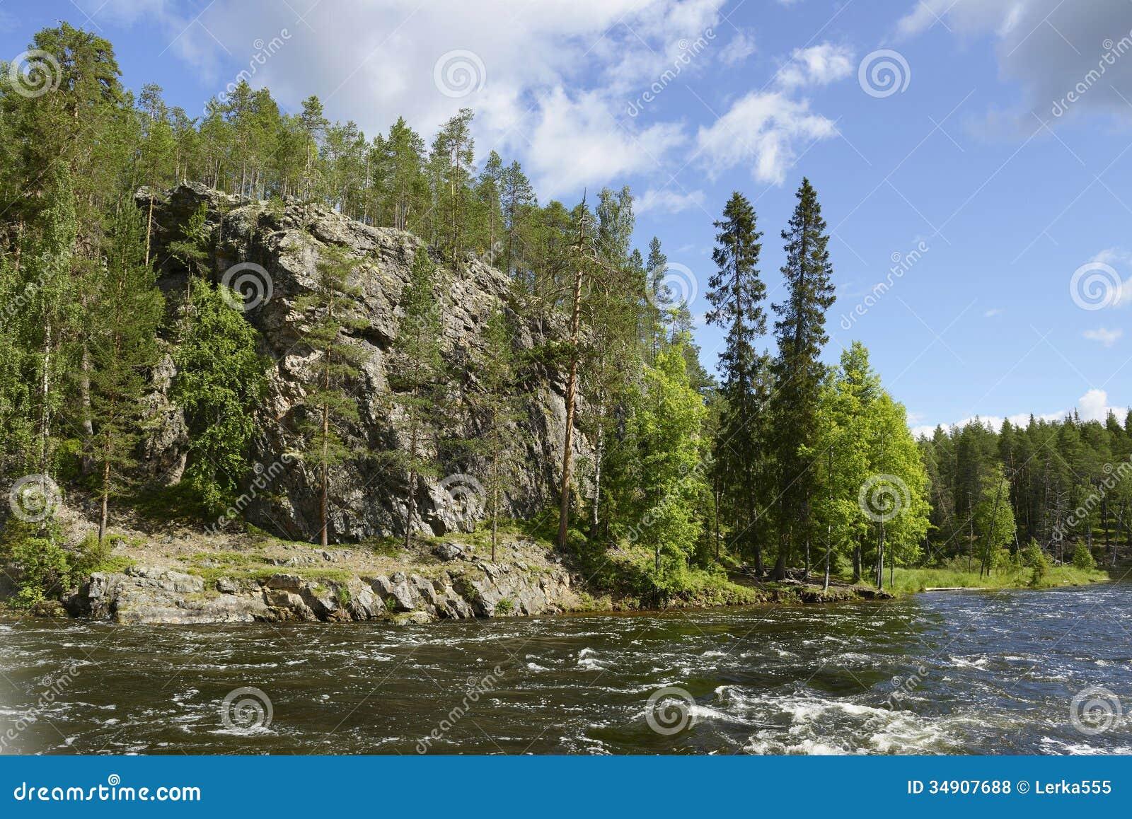 Dzika rzeka z skalistymi brzeg