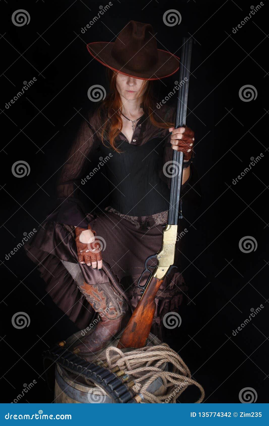 Dzika zachodnia dziewczyna z karabinem