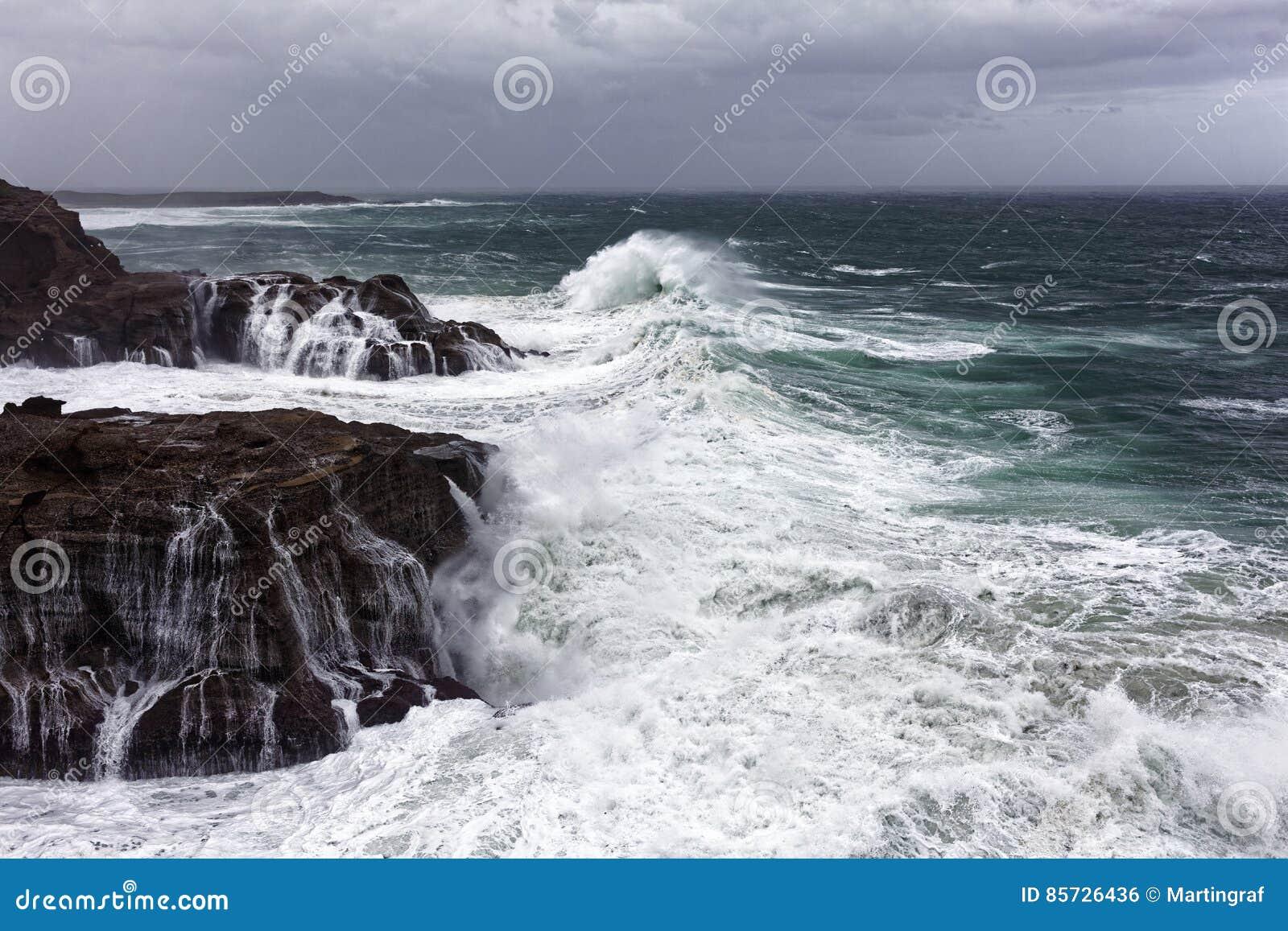 Dziki morze przy skalistym wybrzeżem