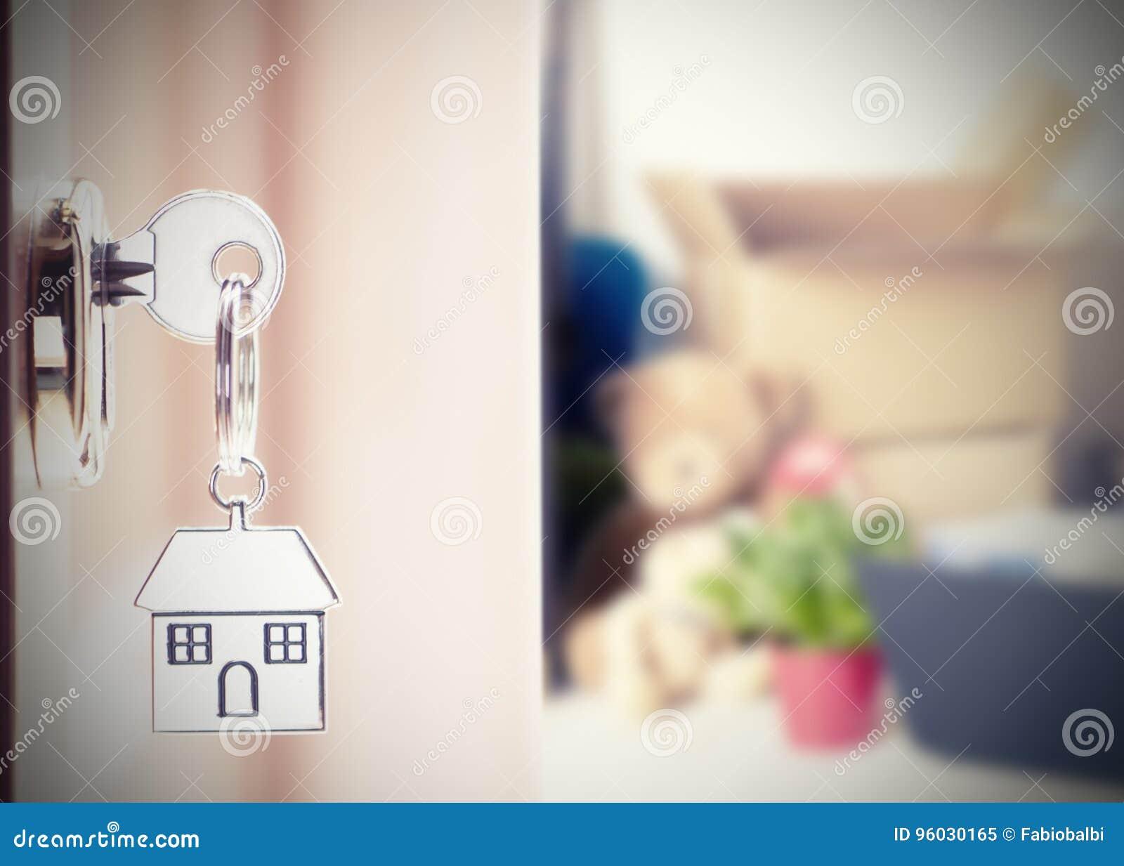 Dzwi wejściowy z domowymi kluczami