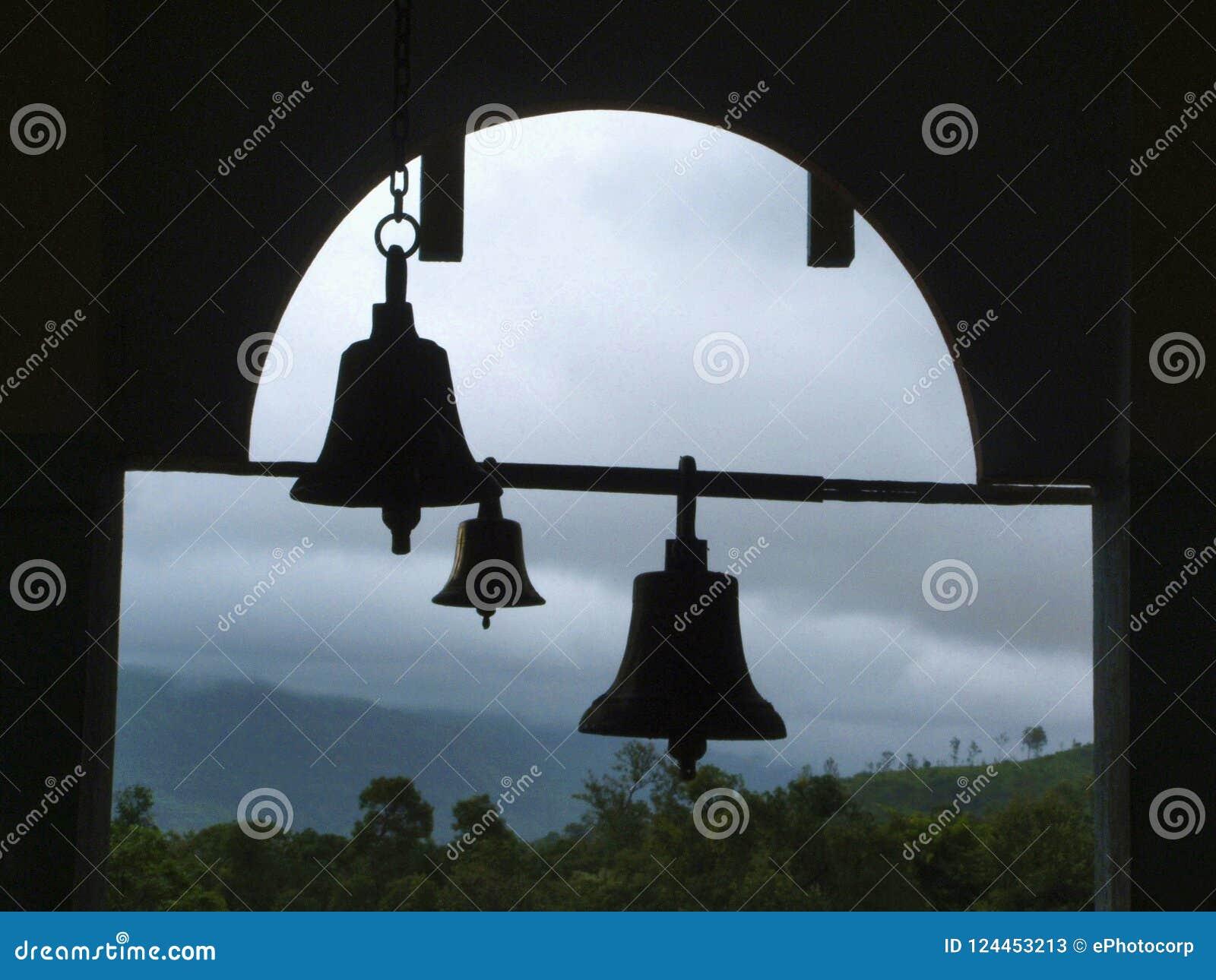 Dzwony grzmot przy Pali świątynią, Pali, maharashtra, India
