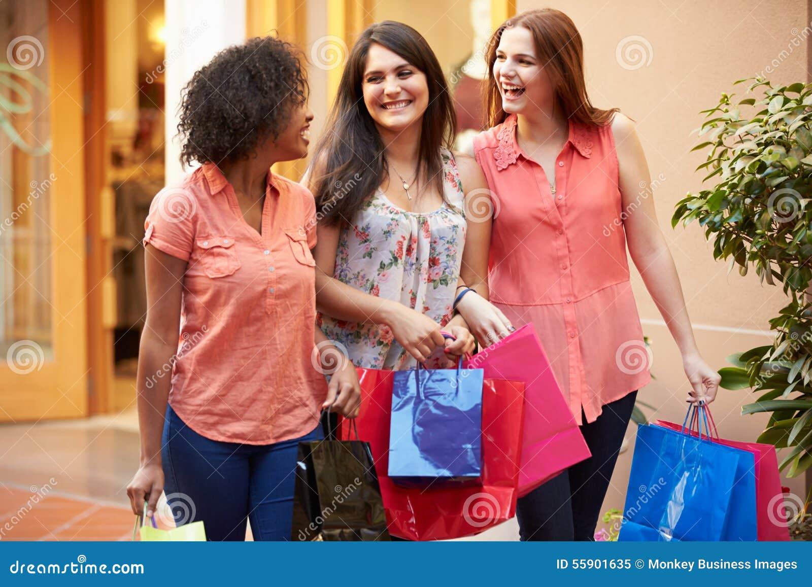 Żeńscy przyjaciele Chodzi Przez centrum handlowego Z torba na zakupy
