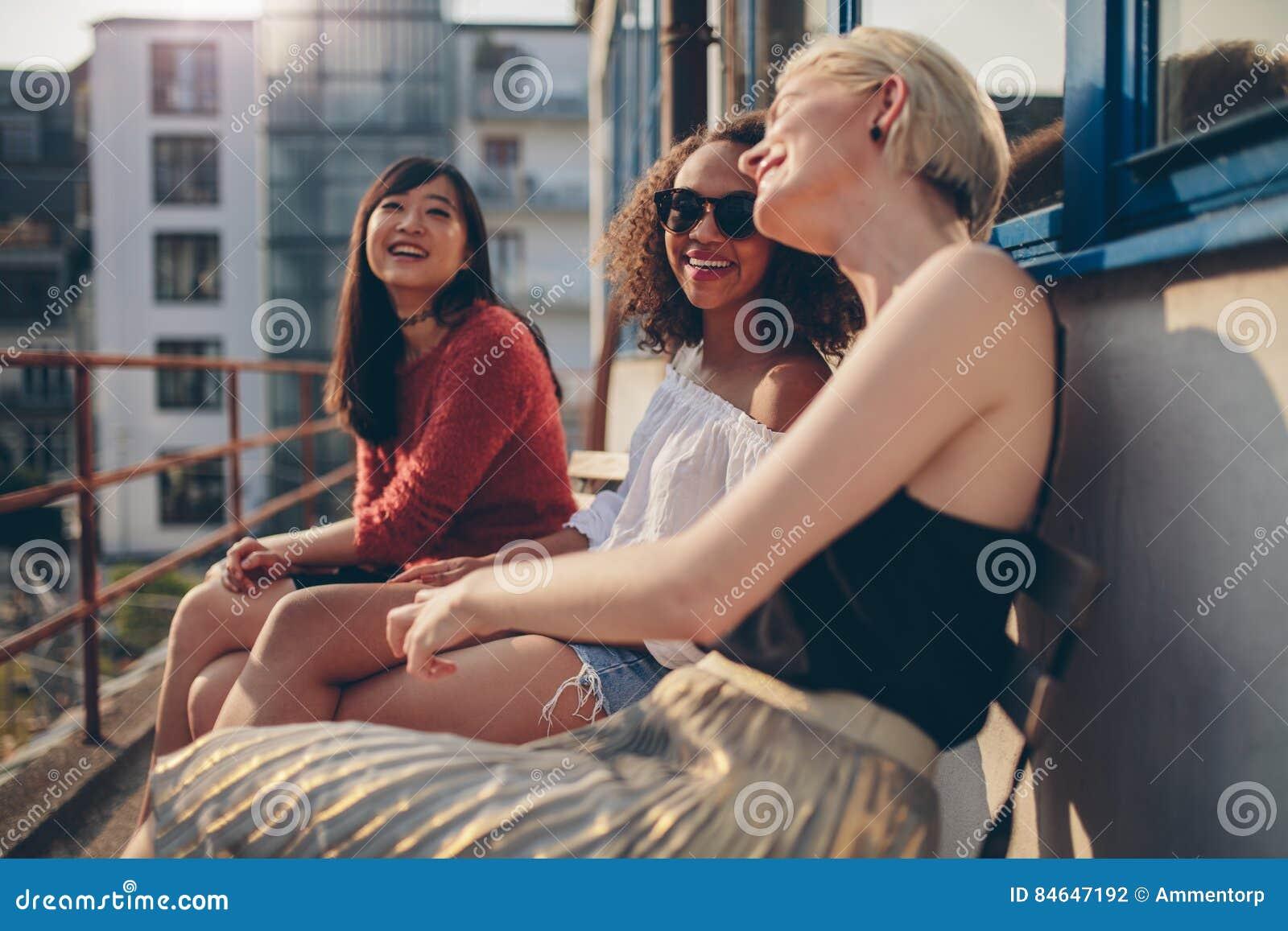 Żeńscy przyjaciele ma zabawę w balkonie