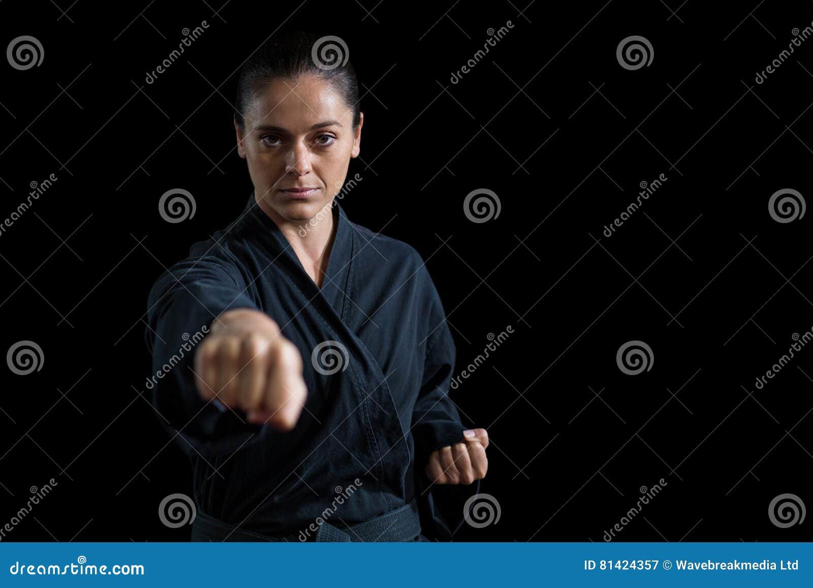 Żeńska karate gracza spełniania karate postawa