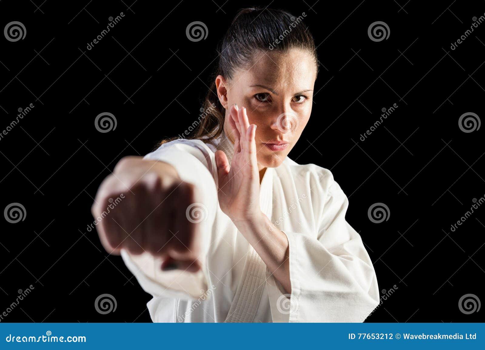 Żeńska myśliwska spełnianie karate postawa