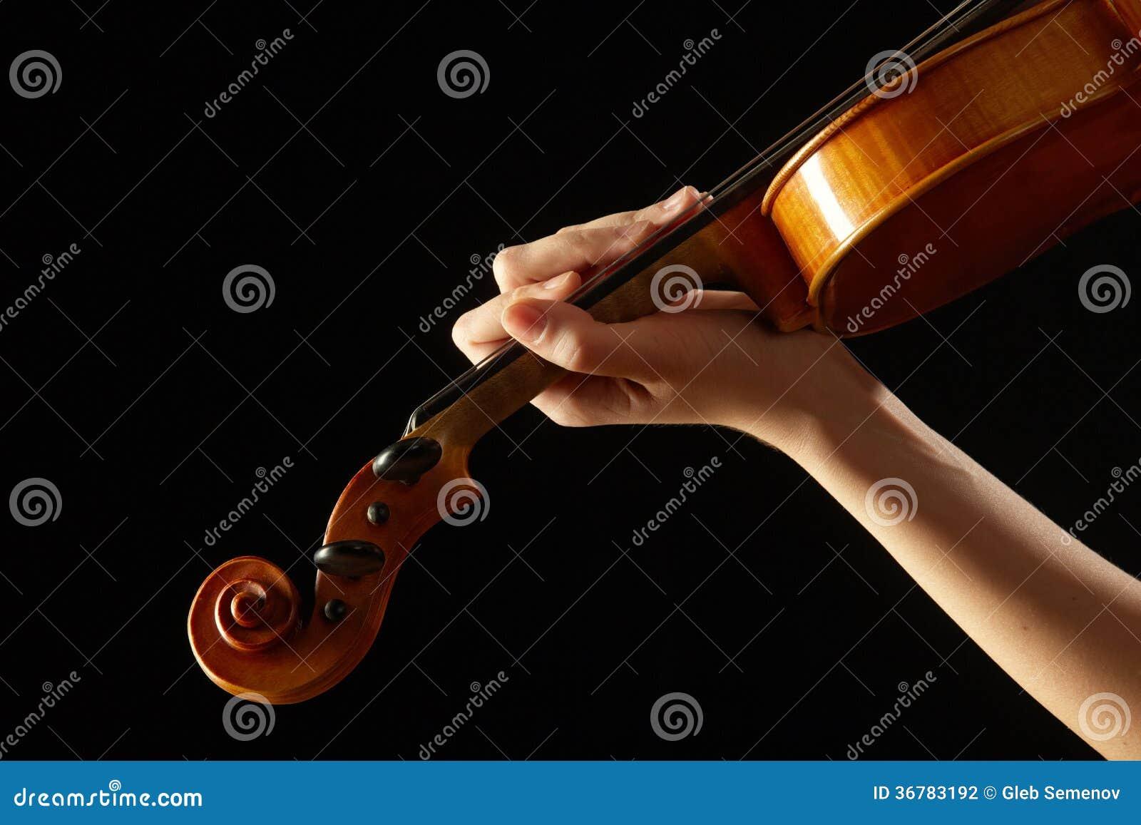 Żeńska ręka na fingerboard skrzypce