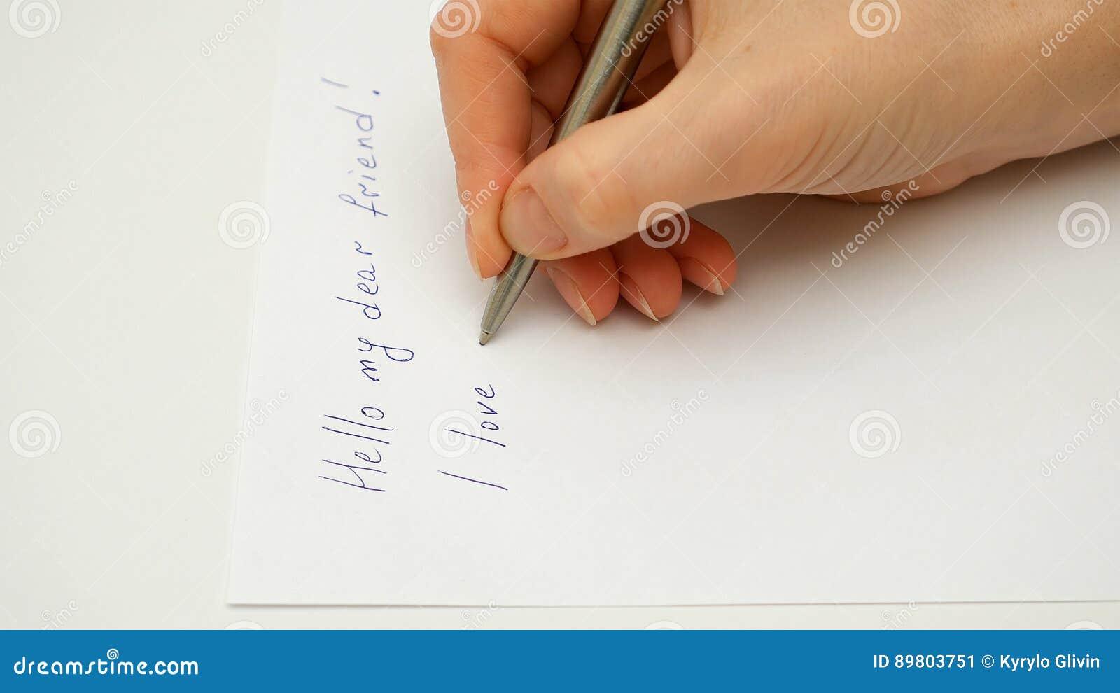 Żeńska ręka pisze Mnie kocha ciebie na papierowym prześcieradle