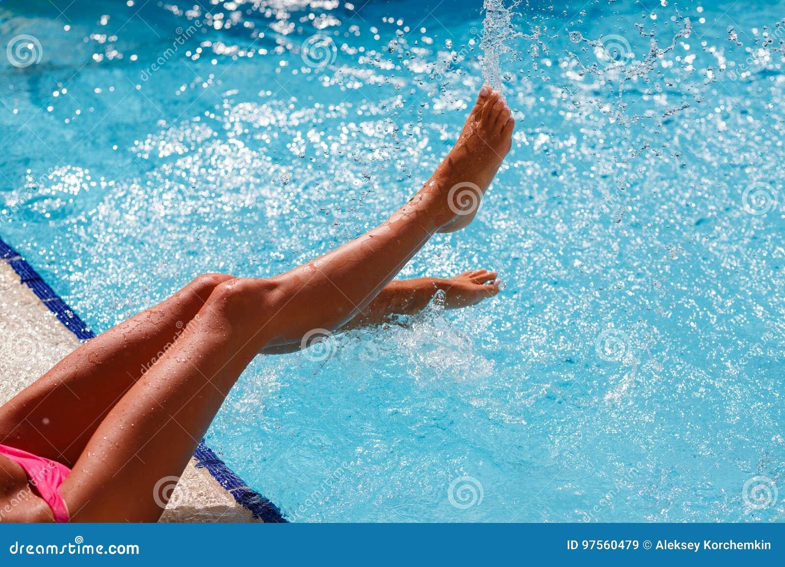 Żeńska stopa w błękitne wody