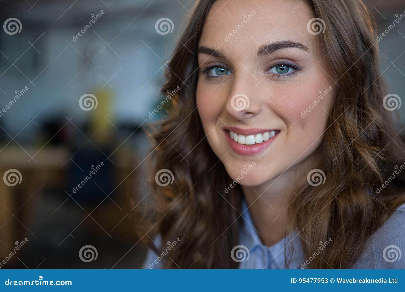 Żeński bizneswoman ono uśmiecha się przy kamerą