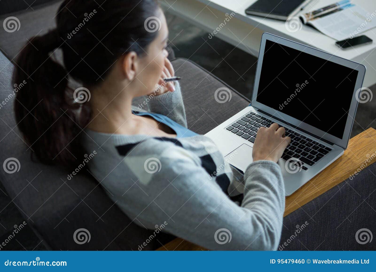 Żeński dyrektor wykonawczy używa laptop