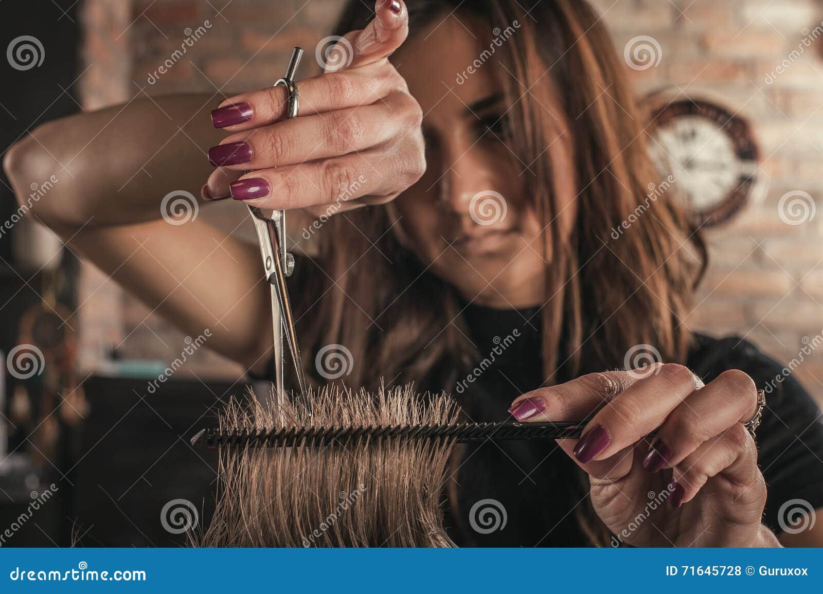 Żeński fryzjer fryzury włosy mężczyzna