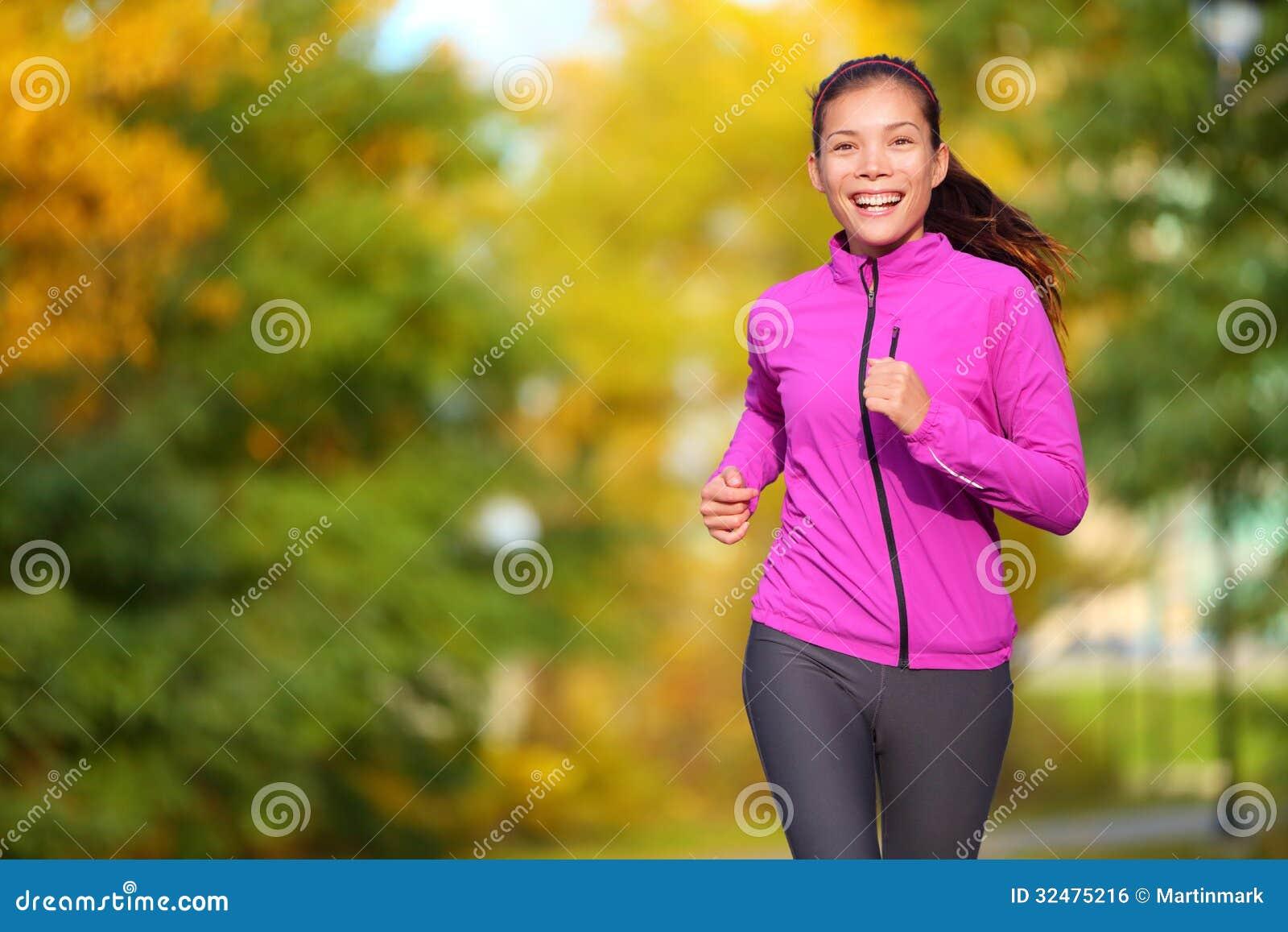 Żeński jogger - młoda kobieta jogging w parku