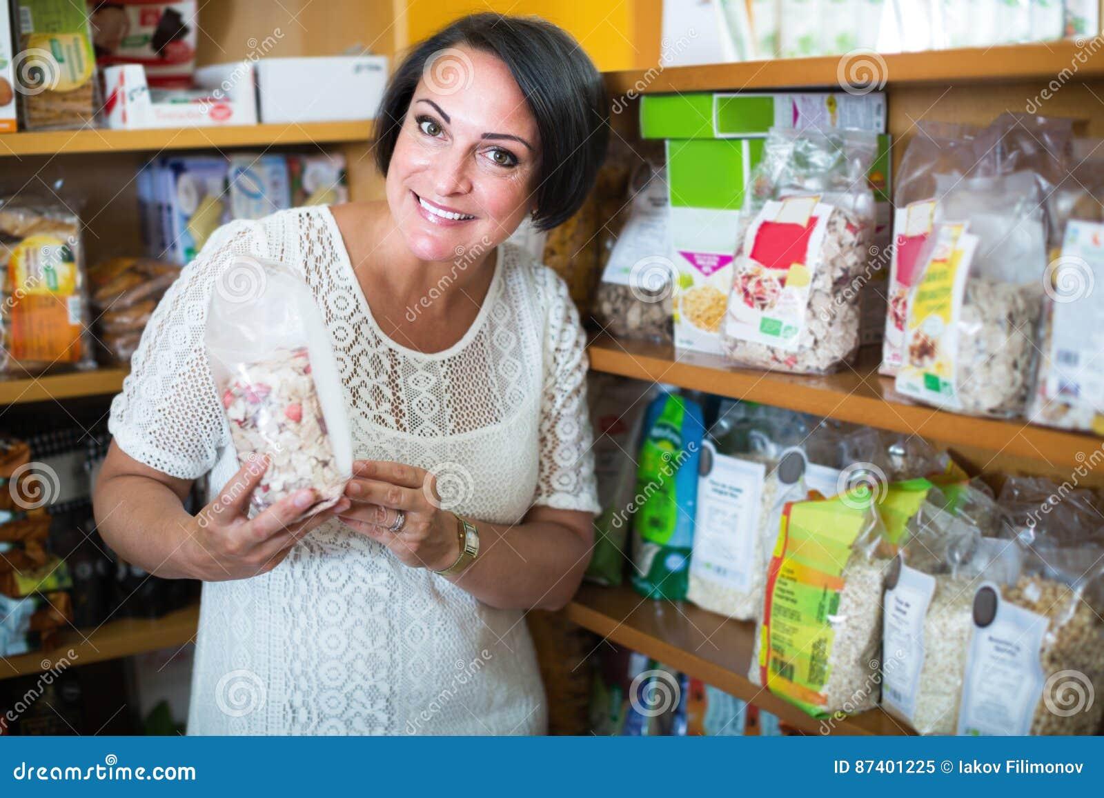 Żeński klienta mienie z odżywki zbożem