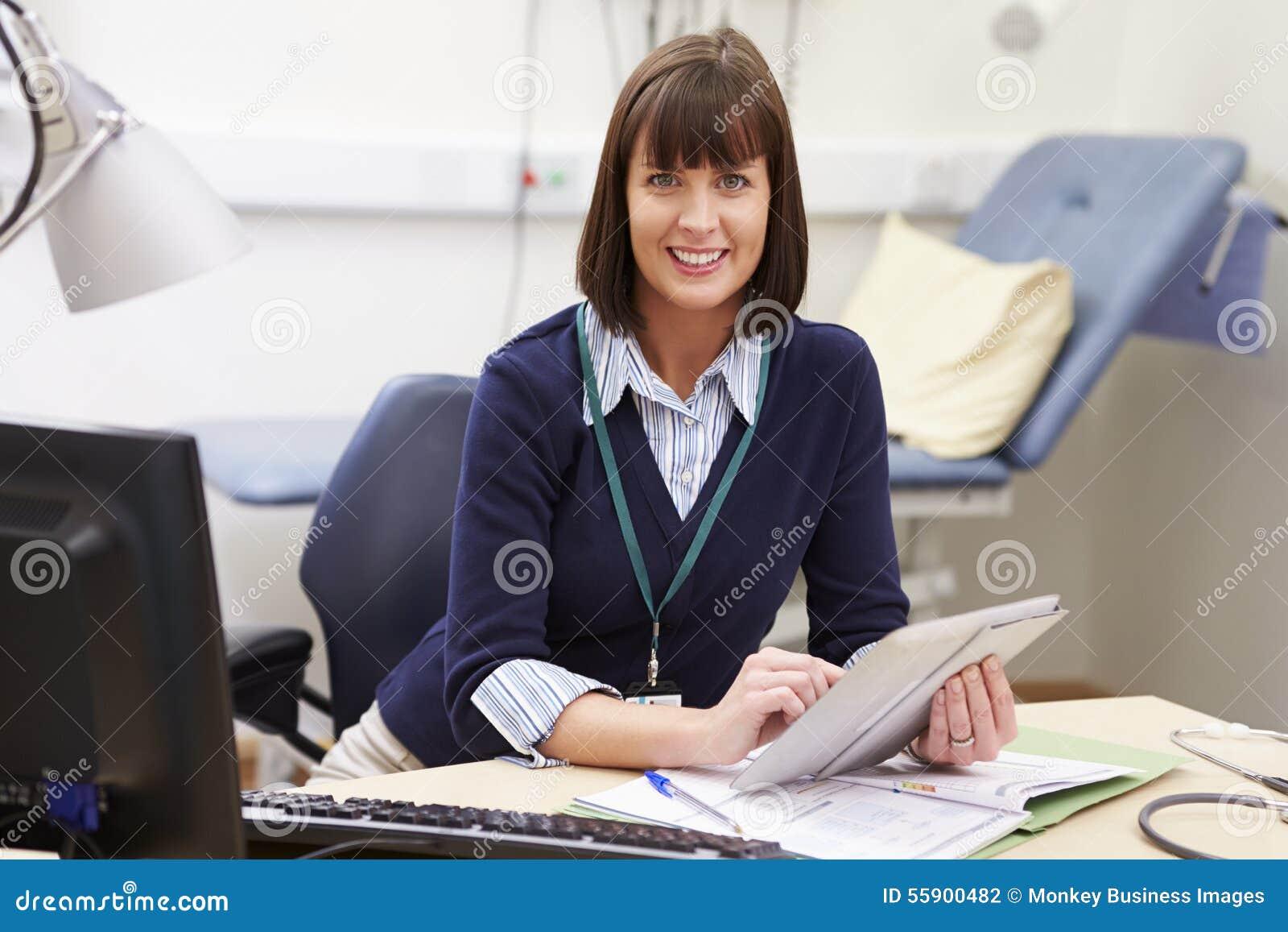 Żeński konsultant Używa Cyfrowej pastylkę Przy biurkiem W biurze