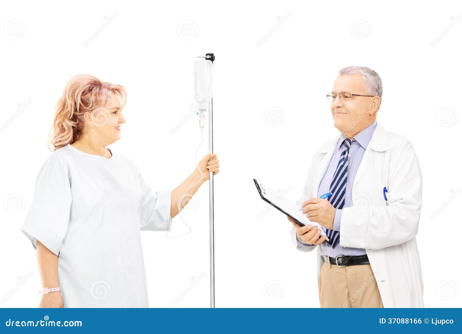 Download Żeński Pacjent W Szpitalnej Todze Dostaje Infuzję I Jej Lekarkę Zdjęcie Stock - Obraz złożonej z infuzja, zaufanie: 37088166