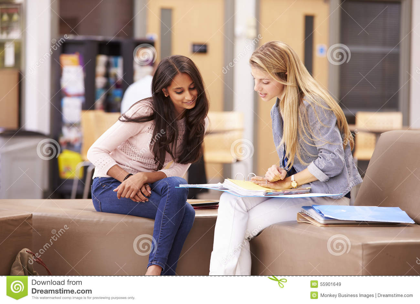 Żeński student collegu Pracuje Z mentorem