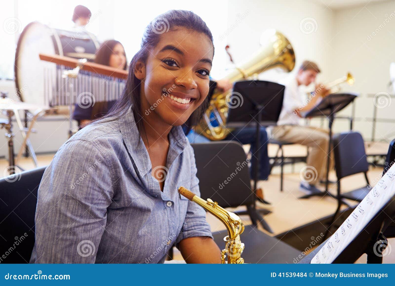 Żeński uczeń Bawić się saksofon W szkoły średniej orkiestrze